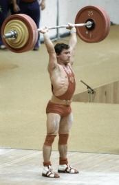 Советский штангист Мазин берёт вес на соревнованиях по тяжёлой атлетике во время проведения XXII Олимпийских игр